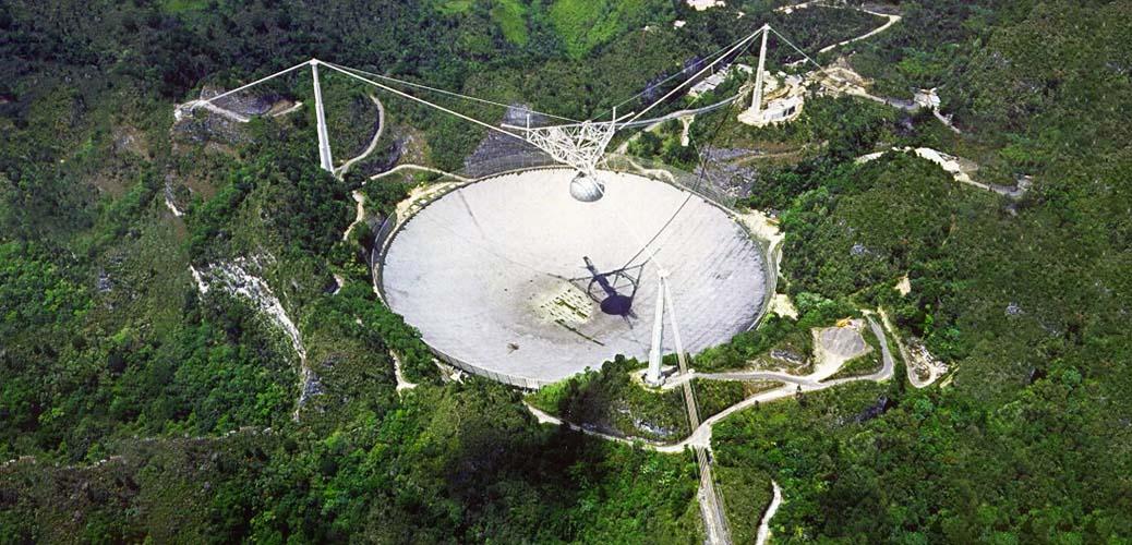 L'observatoire d'Arecibo sur la côte nord de l'île de Porto Rico